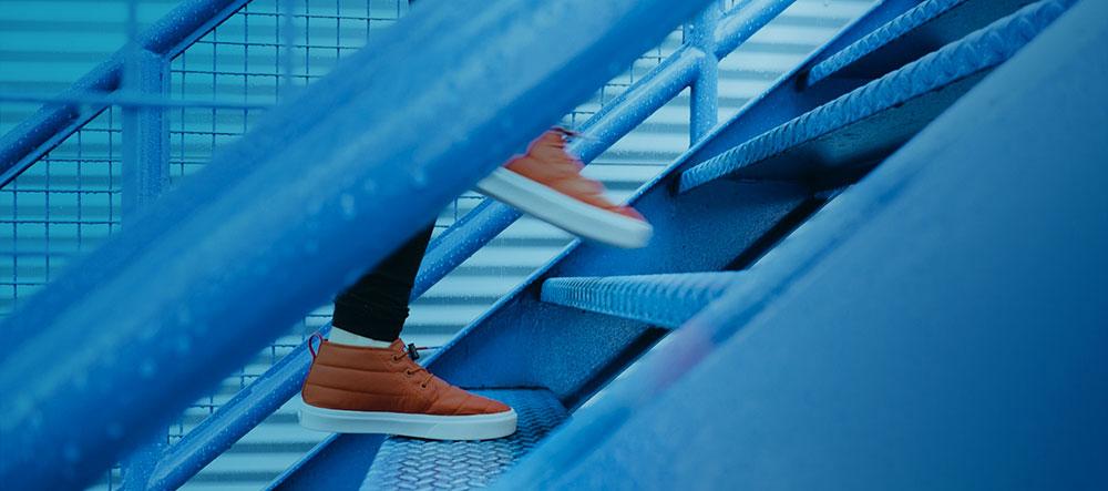 Foto eines Menschen, der eine Treppe steigt. Robbe & Robbe - agiler Coach, Scrum Master, Moderator, Facilitator, Mentor