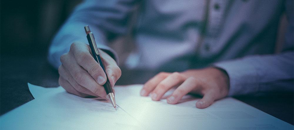 Ein Dokument wird unterschrieben: Robbe & Robbe systemisches Coaching, Support, systemischer Coach